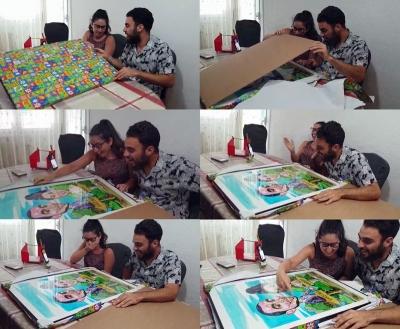 Novios recibiendo una caricatura a acuarela como regalo de boda