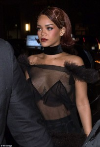 Rihanna con transparencias en la gala del Costume Institute 2015
